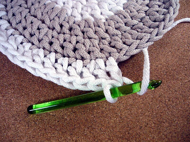 Qrkoko.pl - Prosty dywan szydełkowy z ażurowym akcentem